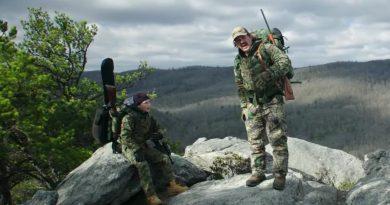 """""""De caza con papá""""; un entrañable Josh Brolin como macho alfa americano es lo más salvable de esta floja comedia paternofilial"""
