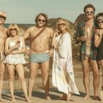 """""""Swinging Safari""""; intérpretes australianos de primera fila llenan esta alocada y caótica comedia excesivamente dispersa ambientada en los 70"""