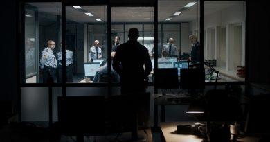"""""""The Guilty""""; sólido y tenso debut construido en el único espacio de una oficina de operarios de las llamadas de emergencias"""