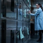 """""""Cadáver""""; el suculento escenario para el terror que supone una morgue es lo atractivo de un filme simple y rutinario"""